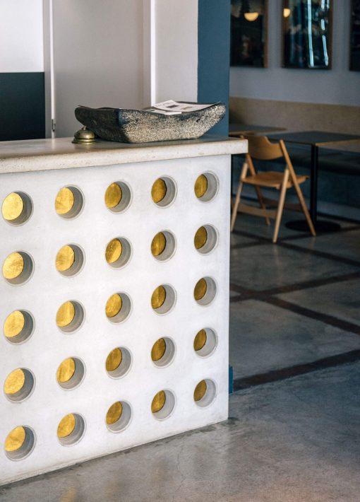 Zaida Sabatés — Hotel Brummell, Barcelona, Mostrador de recepción con pan de oro